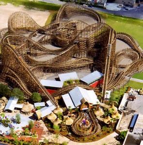 Imagina uma montanha russa que chega a 160 quilômetros por hora! É a tenebrosa Gwazi, feita toda em madeira e que dá bastante tranco e faz muito barulho. Mas é aí que está a aventura! (Foto: Divulgação/Busch Gardens)