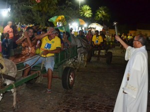 Ao final do desfile, os carroceiros são recebidos na catedral com as bençãos do padre local (Foto: Portalcampomaior)