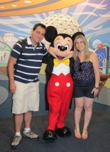 Eu, o Mickey e a Rose! No Future World, há um espaço chamado de Epcot Character Spot, onde é possível tirar fotos com o Mickey, a Minnie, o Pateta, o Donald... Vale como lembrança (Foto: Eduardo Oliveira)