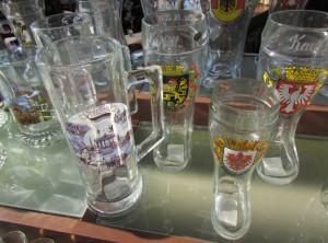 Na Alemanha, não podem faltar os pratos típicos e, claro, muita cerveja! Além disso, há diferentes canecas à venda (Foto: Eduardo Oliveira)