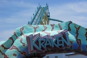 Montanha russa inspirada no monstro do mar chamado Kraken, essa atração é bem emocionante, pois corre bastante e faz altas curvas, com direito a um looping de tirar o fôlego! Gostei muito desse brinquedo, assim como da Manta (Foto: Eduardo Oliveira)