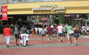 O Universal Studios foi inaugurado em 1.990 e reúne em seu complexo lojas, restaurantes, baladas e cinemas. Antes de entrar no parque (ou depois de sair), dá pra conhecer uma das unidades do Hard Rock Café, além do restaurante da NBA e outras opções de entretenimento que são bastante frequentadas nas agitadas noites do Universal (Foto: Eduardo Oliveira)