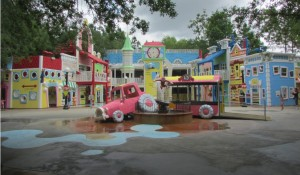 A criançada adora! Em Curious George Goes to Town, além de seguir as pegadas do macaquinho pelo playground, as crianças se molham muito, já que quase tudo ali espirra água (Foto: Eduardo Oliveira)