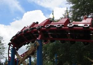 Na quase montanha russa Woody Woodpecker's Nuthouse Coaster, mais conhecida por nós como montanha russa do Pica-Pau, a diversão é garantida, mas a adrenalina é poupada já que a atração é feita mais para crianças, portanto não é muito radical (mas vale o passeio, sim) (Foto: Eduardo Oliveira)