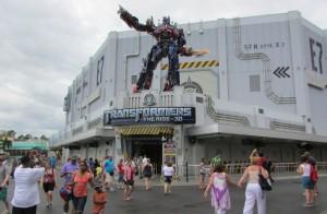 Pensa numa aventura atordoante (no melhor sentido da palavra). Esse brinquedo em 3D dos Transformers é pra quem gosta de atrações mais radicais, com muitos sustos, quedas e curvas radicais. Enfim, parece muito real (Foto: Eduardo Oliveira)